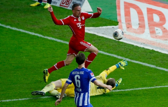Bayern Munich's Ribery scores a goal past Hertha Berlin's Kraft during their German first division Bundesliga soccer match in Berlin