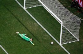 Croatia's goalkeeper Stipe Pletikosa can't stop a goal by Brazil's Neymar during the group A World Cup soccer match between Brazil and Croatia, the opening game of the tournament, in the Itaquerao Stadium in Sao Paulo, Brazil, Thursday, June 12, 2014. (AP Photo/Fabrizio Bensch, Pool)