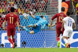 Spain's goalkeeper Iker Casillas can't stop a shot by Chile's Charles Aranguiz allowing Chile to score their side's second goal during the group B World Cup soccer match between Spain and Chile at the Maracana Stadium in Rio de Janeiro, Brazil, Wednesday, June 18, 2014. (AP Photo/Natacha Pisarenko)